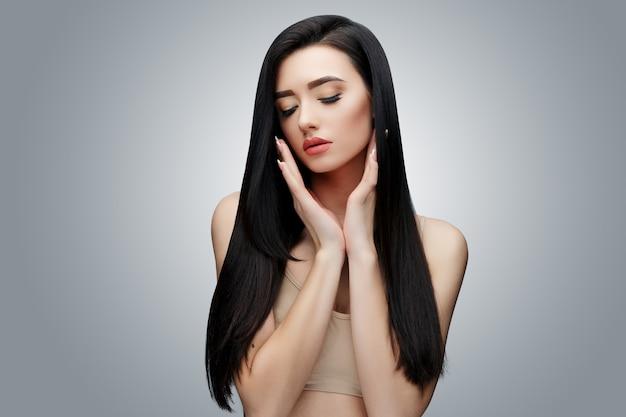 Chica asiática morena con el pelo largo y liso