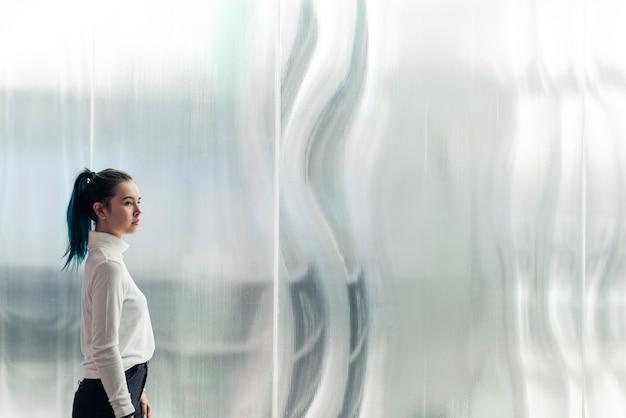 Chica asiática en una tecnología futurista de ciudad inteligente