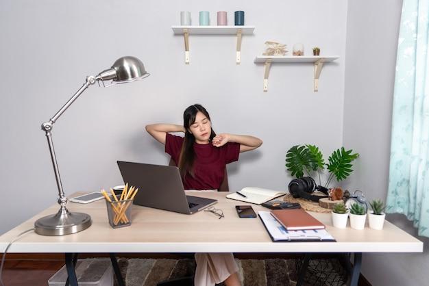 Chica asiática trabajando remotamente desde casa
