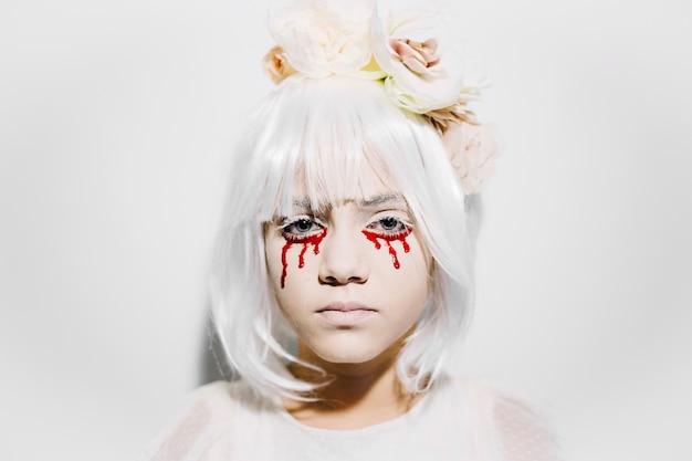 Chica asustadiza con lágrimas de sangre