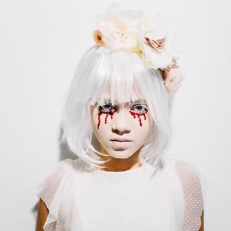 Chica asustadora con lágrimas de sangre