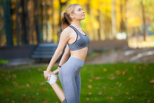Chica atleta ejercicios afuera