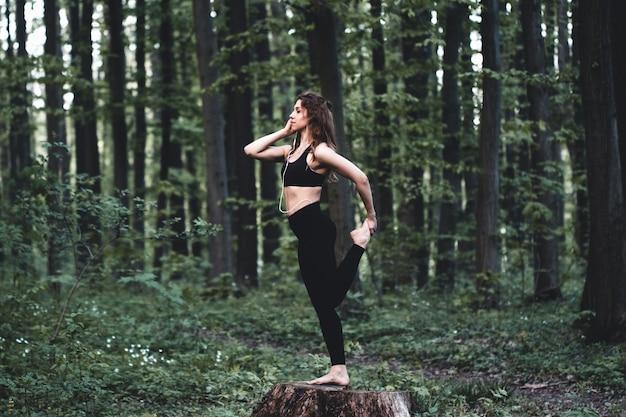Chica atlética corriendo en el parque y haciendo ejercicios