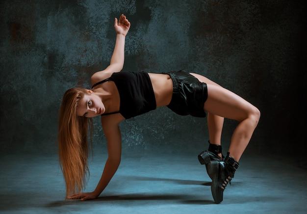 Chica atractiva bailando twerk en el estudio