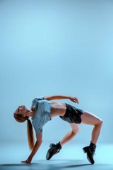 Chica atractiva bailando twerk