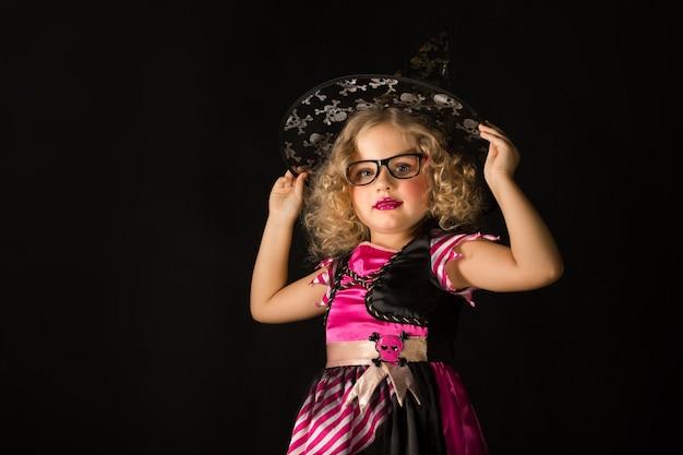 Chica atractiva en disfraz de bruja halloween.