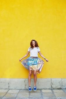 Chica atractiva en una falda inusual