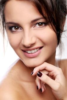 Chica atractiva y feliz con ojos marrones