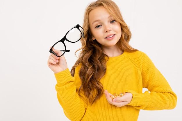 Chica atractiva con gafas y bolas de cristal en sus manos similares a las lentes