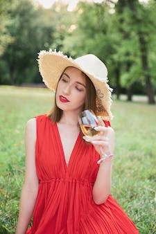 Chica atractiva joven en un picnic en un parque de la ciudad.