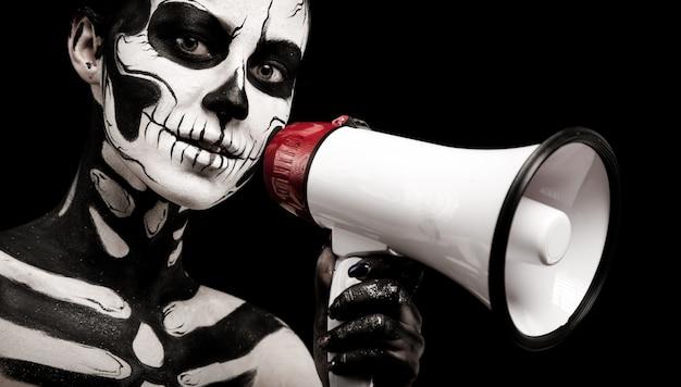 Chica atractiva con maquillaje esqueleto