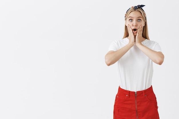 Chica atractiva sorprendida y emocionada escuchar noticias increíbles
