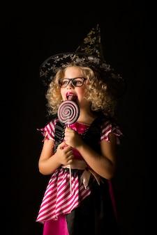 Chica atractiva en traje de bruja de halloween