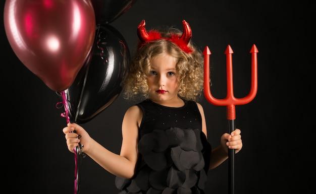 Chica atractiva en traje de demonios de halloween
