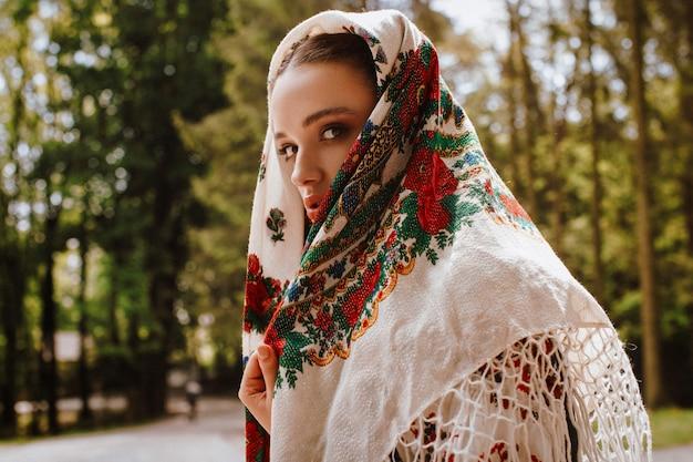 Chica atractiva en vestido bordado