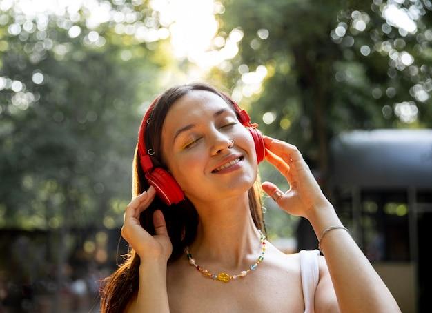 Chica con auriculares disfrutando de la música.