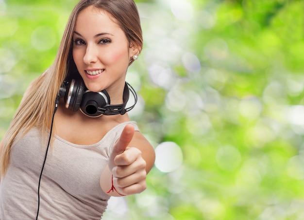 Chica con auriculares y sonriendo