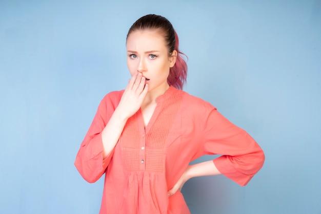 Chica avergonzada con blusa color coral