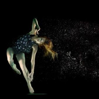 Chica bailando bajo el agua