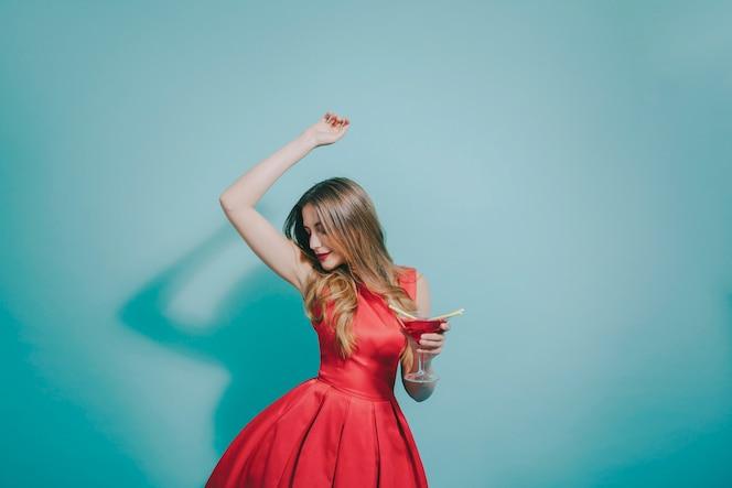 Chica bailando en la fiesta