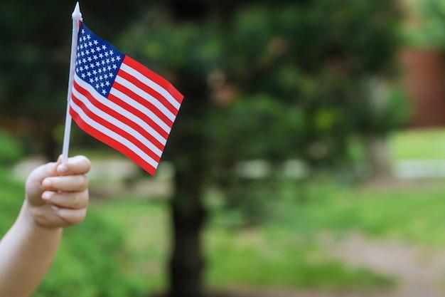 Chica con bandera americana día de la independencia, concepto de día de la bandera
