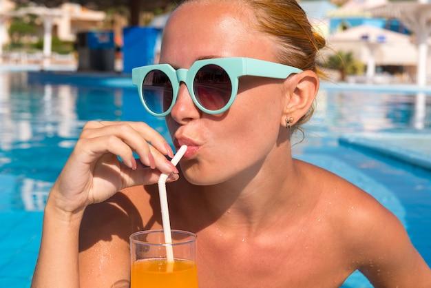 Chica en el bar de la piscina