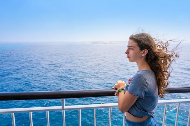 Chica en barandilla de barco en formentera ibiza