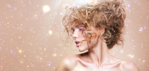 Chica de belleza modelo de moda con maquillaje brillante