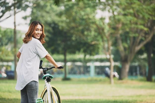 Chica con bicicleta