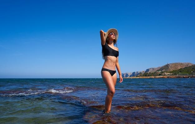 Chica bikini en verano playa mediterránea