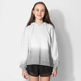 Chica en blanco y gris ombre sesión de moda de invierno con capucha