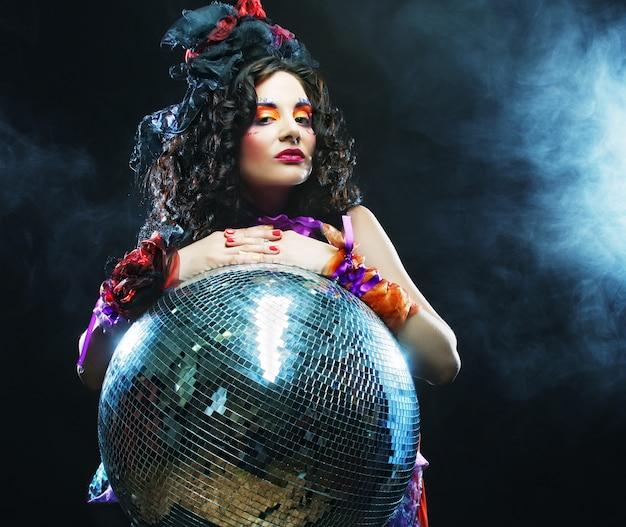 Chica con bola de discoteca