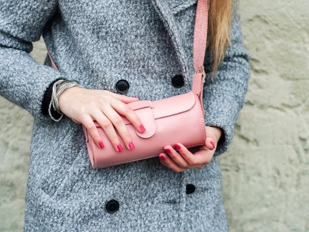 Chica con bolsa de cuero