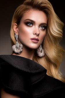 Chica bonita con maquillaje brillante y hermoso peinado