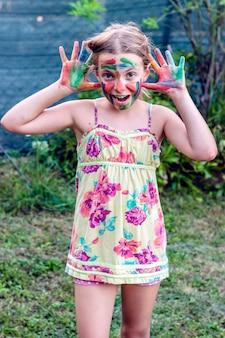 Chica bonita rubia pintando la cara
