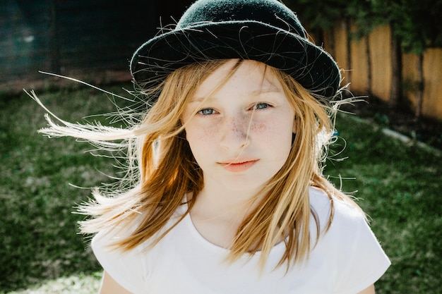 Chica bonita con sombrero