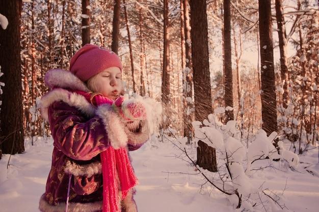 Chica en bosque de invierno