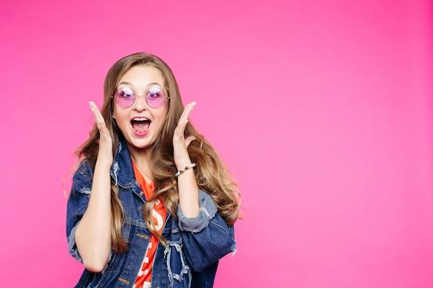 Chica botín en gafas de sol rosa gritando en el estudio