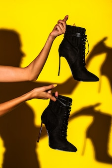 Chica con botines negros