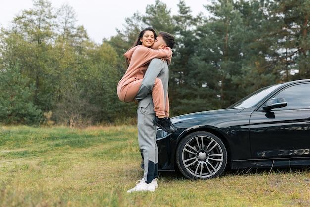 Chica en brazos de su novio
