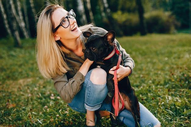 Chica con bulldog francés