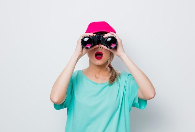 Chica buscando algo con binocular