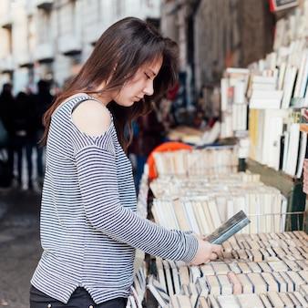 Chica buscando libros antiguos
