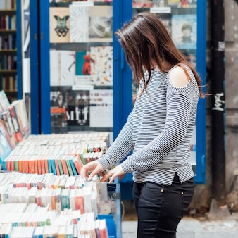 Chica buscando libros viejos