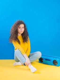 Chica con cabello rizado y radio retro