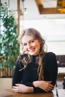 La chica en el café, estudiante o gerente, reunida con amigos en cafés, café y coffee break