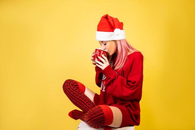 Chica de café con sombrero rojo de santa