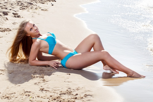 Chica caliente en la playa
