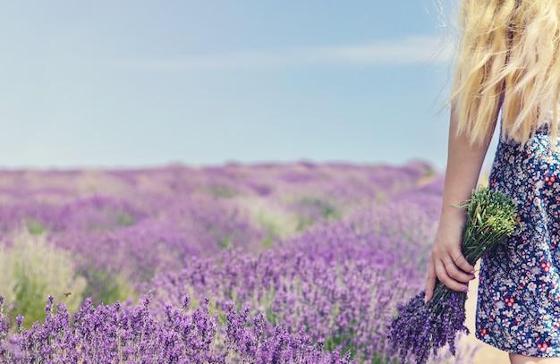 Chica en un campo de flores de lavanda.