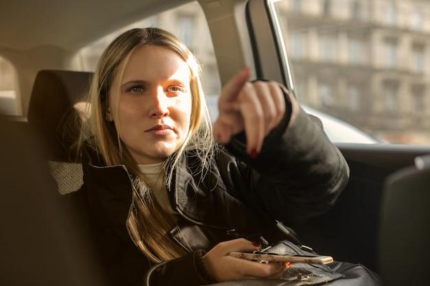 Chica en un carro mostrando dirección
